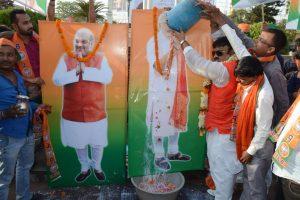 पटना में भाजपा नेता मधुमेश चौधरी उर्फ अंटू जी ने किया नरेंद्र मोदी और अमित शाह का दुग्धाभिषेक