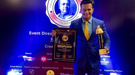 Siddharth Kannan wins 'Dadasaheb Film Excellence Awards 2019' for 'Best Chat Show on Radio & Digital!'.