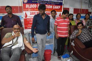 भोजपुरी फिल्मों के महानायक अवधेश मिश्रा ने किया गर्भवती महिलाओं के लिए रक्तदान