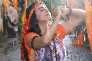 झमाझम बारिश में भींग कर अक्षरा सिंह ने की बाबा भोलेनाथ के लिए अपने नए गाने की शूटिंग.