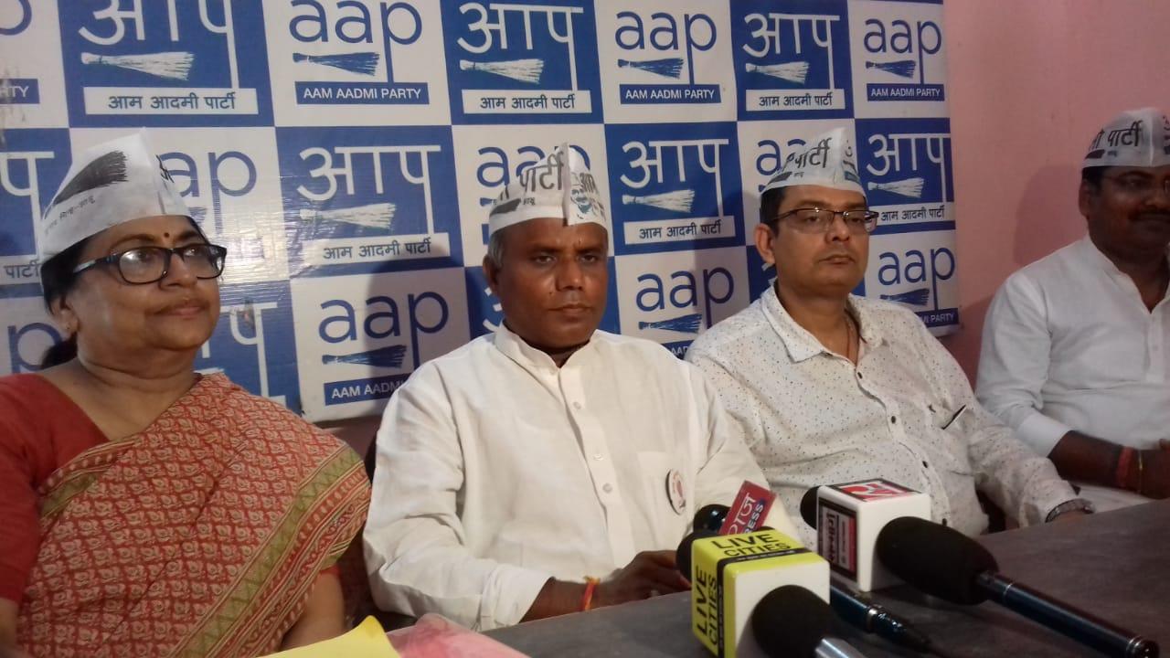 आम आदमी पार्टी ने भाजपा के दिल्ली प्रदेश अध्यक्ष मनोज तिवारी पर भूमाफिया होने का आरोप लगाया