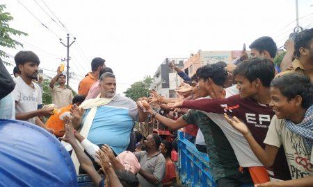 राजेंद्र नगर में ट्रेक्टर से पहुंचे जाप(लो) प्रमुख पप्पू यादव ने बांटी राहत सामग्री, मांगी देशभर से मदद