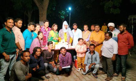 कनक पांडेय ने बांटा दीपावली उपहार में चांदी के सिक्के, मिठाईयां