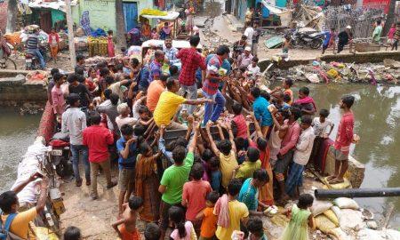 अभिनेता दिनेशलाल यादव के पहल पर निरहुआ हिंदुस्तानी क्लब ने राजेंद्र नगर में किया राहत सामग्री का वितरण