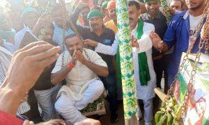 दरौंदा से राजद प्रत्याशी उमेश कुमार सिंह को क्षेत्र के व्यवसायियों ने जरूरतमंदों के बीच फल का वितरण किया.