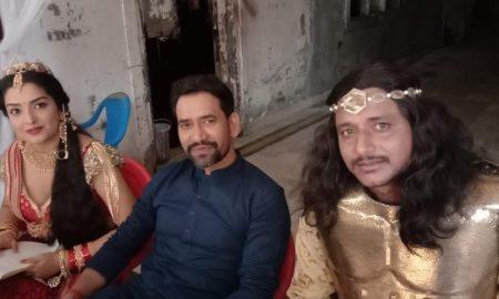 सुपर स्टार दिनेशलाल यादव निरहुआ पहुंचे आम्रपाली दुबे और अमरीश सिंह की फिल्म राजमहल के सेट पर