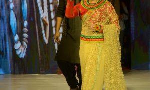 सारा खान और नेहा मार्दा ने रैंप पर बिखेरा जलवा