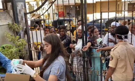 कोरोना से जंग में आगे आयीं अक्षरा सिंह,लोगों के बीच बांटे मास्क,ग्लव्स और सेनेटाइजर