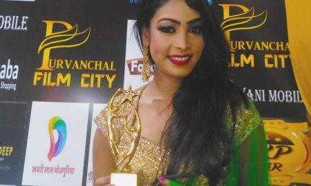 मॉडल व अभिनेत्री खुशी महतो को गोरखपुर में किया गया सम्मानित।