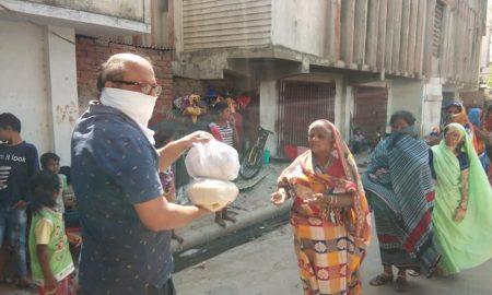 250 से अधिक जरूरतमंद लोगों के बीच निरहुआ ने बंटवायाराशन,कहा–मुसीबत में हम साथ हैं