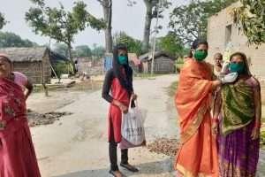 कोरोना महामारी में लोगों की मदद में लगी है मुखिया प्रियंका सिंन्हा