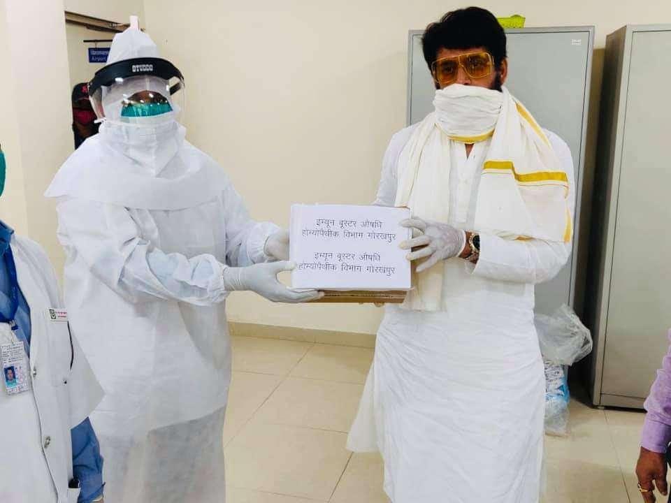 गोरखपुर के सदर सांसद रवि किशन ने आज गोरखपुर एयरपोर्ट पर इम्युनिटी पावर बढ़ाने वाली दवा का किया वितरण