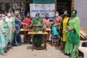 इनर व्हील क्लब ऑफ़ पटना ने सिलाई मशीन और मास्क का किया वितरण
