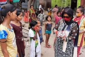 इम्यून सिस्टम को बढ़ाने के लिए जागरूकता अभियान में महिलाओं के हुनर को उनका रोजगार बनाने की पहल में मास्क, साबुन बाटे।