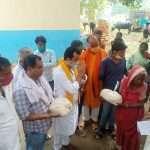 भाजपा नेता ने बाढ़ पीड़ितों के बीच किया राहत सामग्री का वितरण