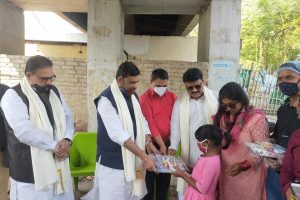 अखिल भारतीय कायस्थ महासभा और दीदीजी फाउंडेशन ने स्लम एरिया के बच्चों के बीच बांटी शिक्षण सामग्री