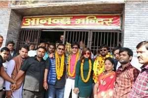 देसीस्टार समर सिंह की एक झलक पाने के लिए भारी तादाद में की सिनेमाहॉल पर आये फैंस