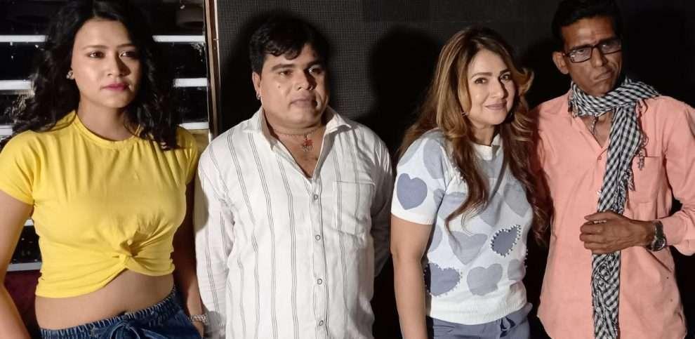 पाखी हेगड़े और सुजीत पुरी की फिल्म 'तेरी मेरी आशिकी 2' की शूटिंग मुंबई में शुरू पाखी हेगड़े प्रोडक्शन और टेन्योर म्यूजिक के बैनर तले बनने वाली फिल्म फिल्म 'तेरी मेरी आशिकी 2' की शूटिंग आज से मुंबई में शुरू हो चुकी है। इस फिल्म में सुजीत के पुरी और खूबसूरत अदाकारा पाखी हेगड़े नजर आने वाली हैं। फिल्म के निर्माण में रमावति आर्ट्स का एसोसिएशन है। फिल्म को रीता पुरी डायरेक्ट कर रही हैं और प्रोड्यूसर राजेश्वर पुरी हैं। वहीं, फिल्म 'तेरी मेरी आशिकी 2' को लेकर पाखी हेगड़े ने कहा कि यह फिल्म दर्शकों को इसके पहले पार्ट से भी ज्यादा इंटरटेन करेगी। हमने फिल्म की पटकथा पर खूब काम किया है और अब हम सेट पर आ चुके हैं। फिल्म बेहतरीन होगी, ऐसा मेरा दिल कहता है। इसके लिए हम सभी कलाकार मेहनत भी कर रहे हैं। रीता पुरी के निर्देशन में हम शानदार फिल्म लेकर दर्शकों के बीच आने हैं। इस फिल्म में मेरी भूमिका काफी अहम है, जो दर्शकों को जरूर पसंद आयेगी। पाखी ने फिल्म को यूथ बेस्ड इंटरटेंमेंट बताया और कहा कि इसके डायलॉग्स और गाने दर्शकों के दिल को छूने वाले हैं। आपको बता दें कि फिल्म 'तेरी मेरी आशिकी 2' में सुजीत के पुरी और पाखी हेगड़े के साथ तृषा खान, संतोष श्रीवास्तव, बृजेश गोस्वामी, राकेश गिरी, मनोज टाइगर, संजना सिल्क और टीनू वर्मा मुख्य भूमिका में हैं। पीआरओ संजय भूषण पटियाला हैं। पब्लिसिटी नरसू का है। डीओपी मनीष व्यास, म्यूजिक सत्येंद्र कुमार, लिरिक्स विनय बिहारी, अर्जुन शर्मा, सई प्रकाश हैं। ज्ञान सिंह कोरियोग्राफर हैं